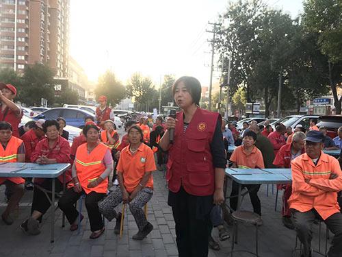 刘爱君带领铸鹰教育团队走进爱心粥屋做义工志愿者